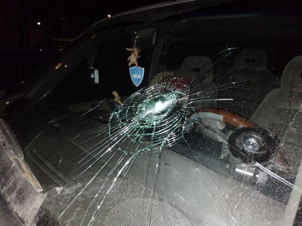 В Мостах девушка достала из штанов ремень и начала бить им автомобили