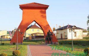 В Новогрудке на «въездных воротах» установили скульптуру рыцаря-защитника