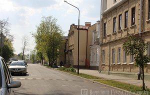 Маленькая улица с большой историей — репортаж с 1 Мая, где дворы утопают в цветах, но не хватает тишины и воды