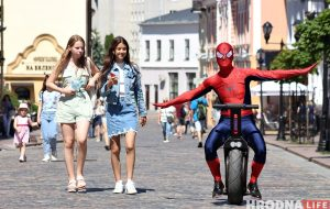 Человек-паук в центре Гродно рекламирует моноколесо и велопрокат