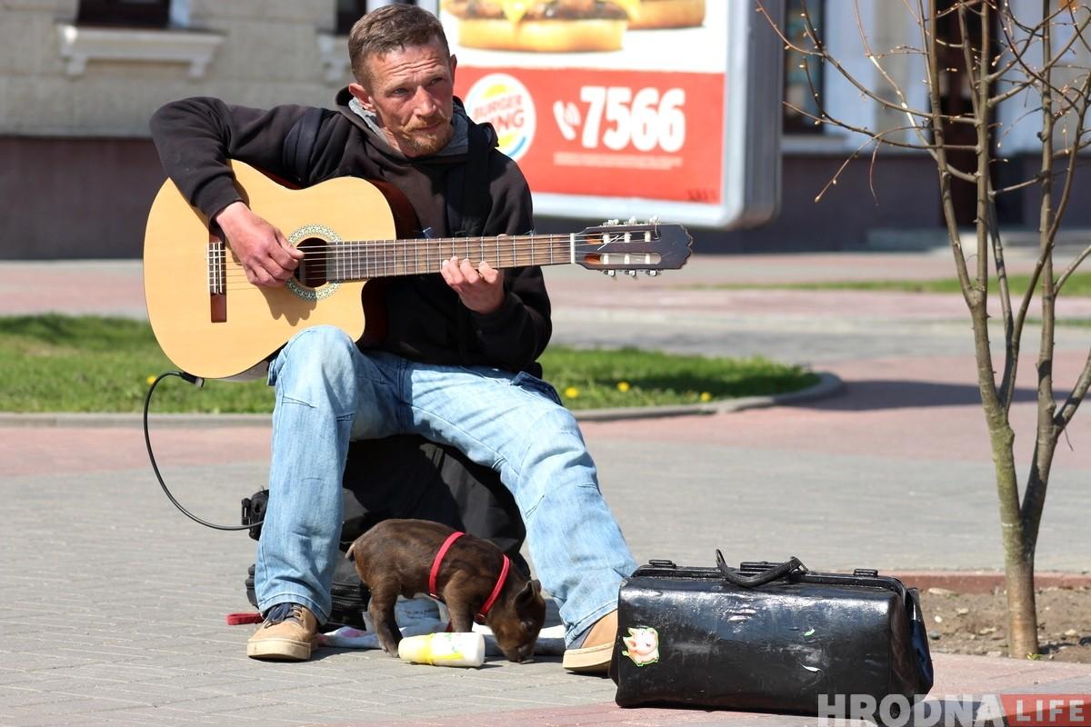 «Очень трудно было расставаться». Поросенок Фунтик и уличный музыкант закончили выступать в Гродно