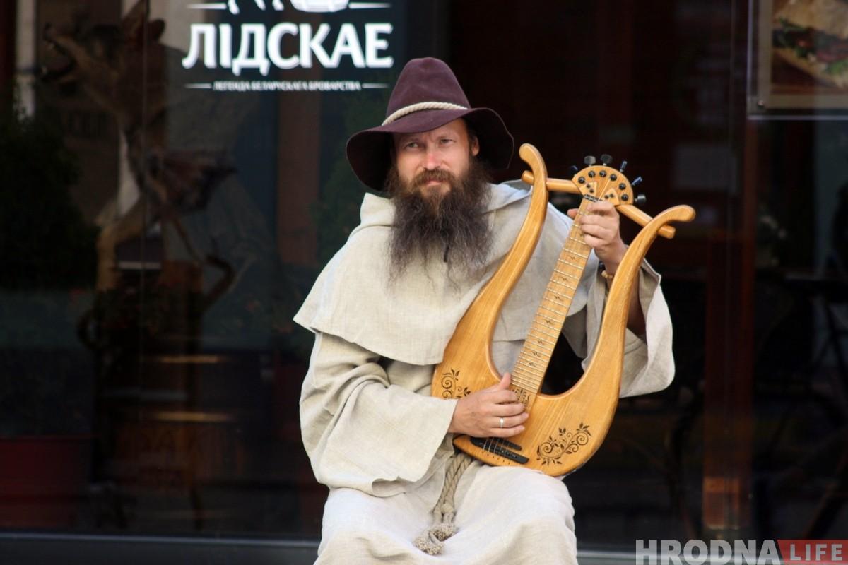 На гродзенскай пешаходцы новы інструмент: рамеснік грае на самаробнай ліры