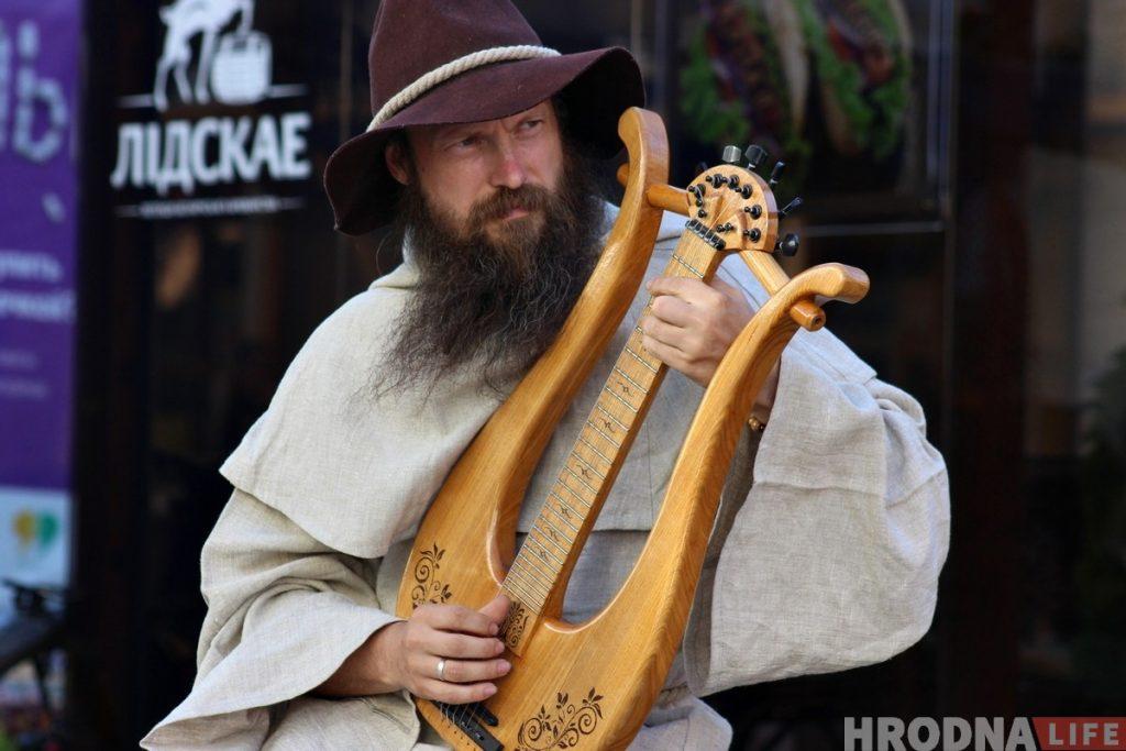 На гродненской пешеходке новый инструмент: ремесленник играет на самодельной лире