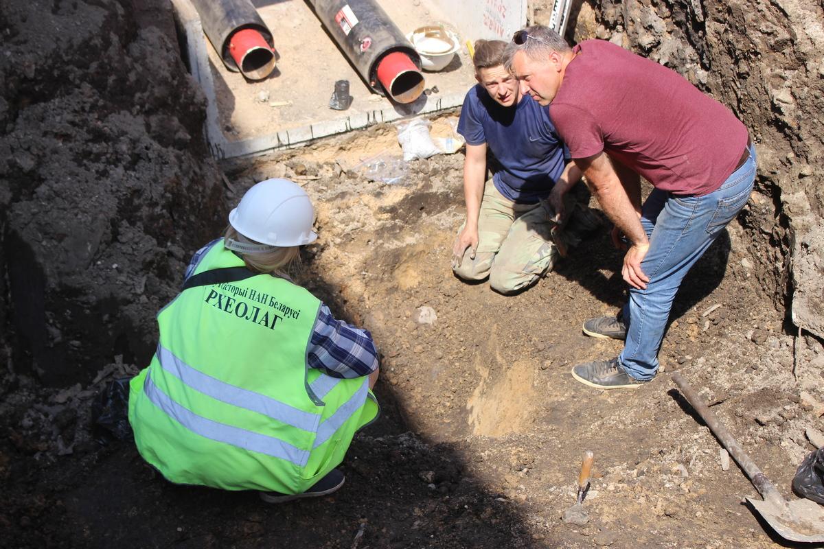 Гребень, кафля и кости: что находят археологи на Большой Троицкой