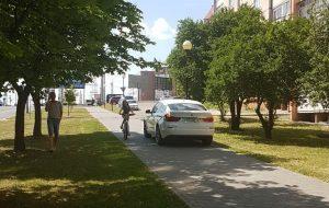 В Гродно по тротуарам ездят автомобили. Местные жители хотят обращаться в ГАИ