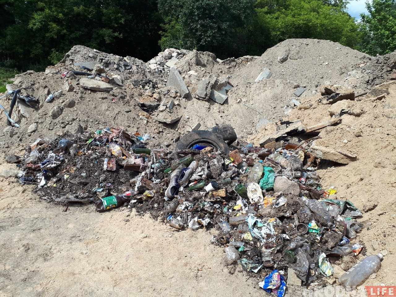"""""""Хамское отношение к городу"""". Неизвестные в центре Гродно сделали свалку мусора"""