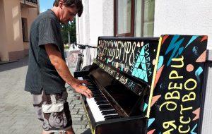 Уличный музыкант Александр Зимин удивил игрой на фортепиано (не все были в курсе)