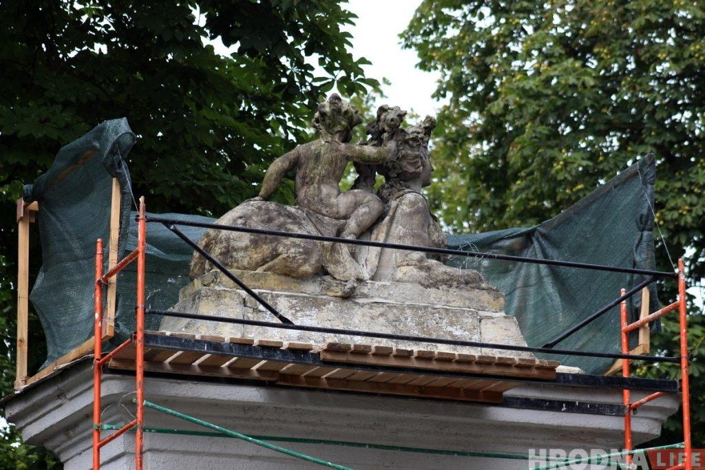 На въездных воротах Нового замка реставрируют скульптуры сфинксов