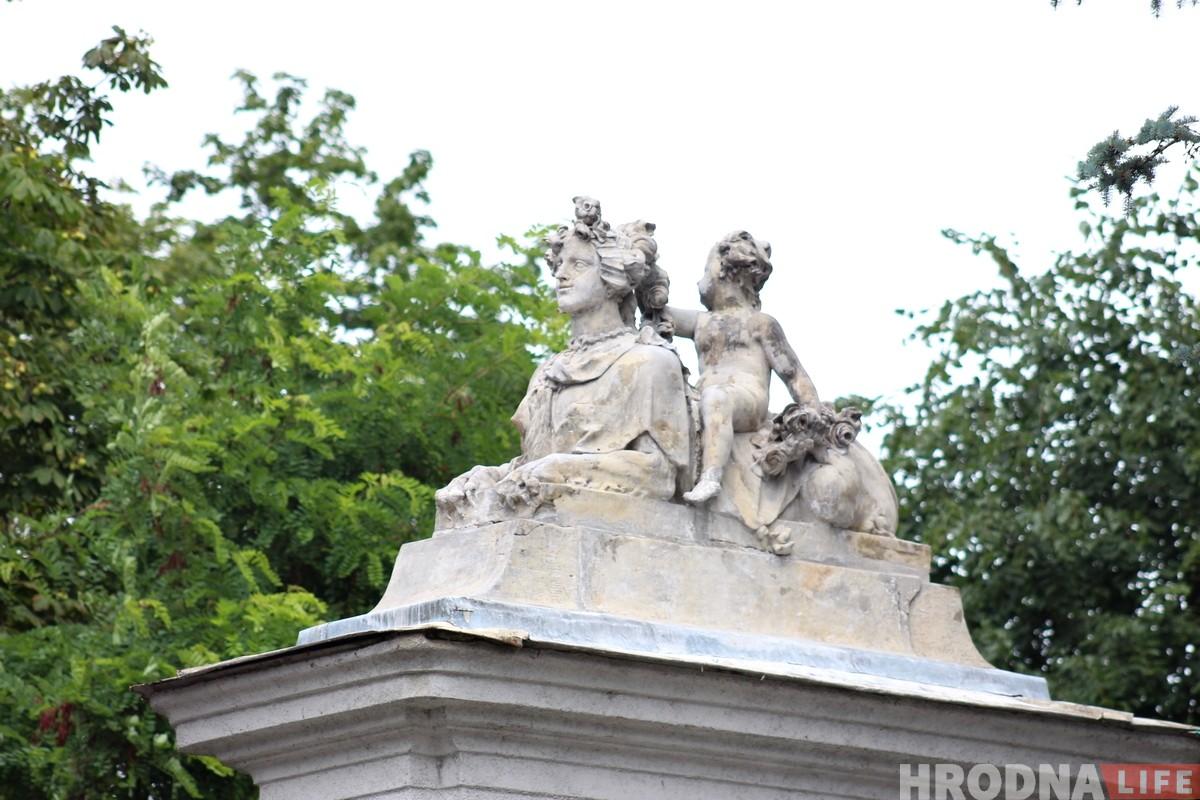 На ўязной браме Новага замка рэстаўруюць скульптуры сфінксаў