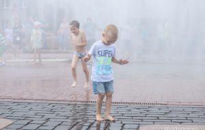 День пожарной службы в Гродно: площадь Ленина превратили в фонтан. Фото