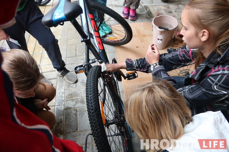 """""""Заклеить колесо и починить тормоза может любая девушка"""". Как прошел мастер-класс от Hrodna.life по ремонту велосипедов"""