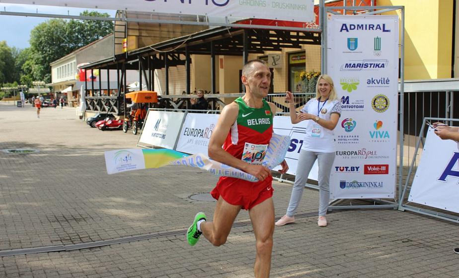 Фотофакт: Гродненец Игорь Тетерюков стал победителем марафона «Гродно-Друскининкай»