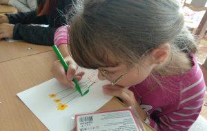 «Мама любит солнышко, папа – черные сердечки»… Гродненский художник второй год летом проводит занятия с особенными детьми