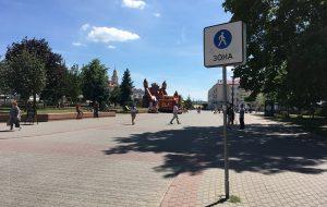 ГАИ обещала разобраться с машинами, которые ездят по пешеходной Мостовой. Но оштрафовали только двух водителей