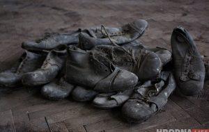 «Задача - сделать живыми». Гродненский мастер восстанавливает 90-летние бутсы для музея футбола