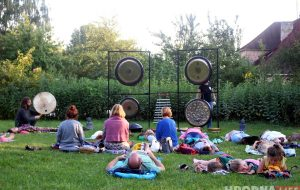 Концерт-медитация: во дворе на Свердлова выступил московский гонг-мастер