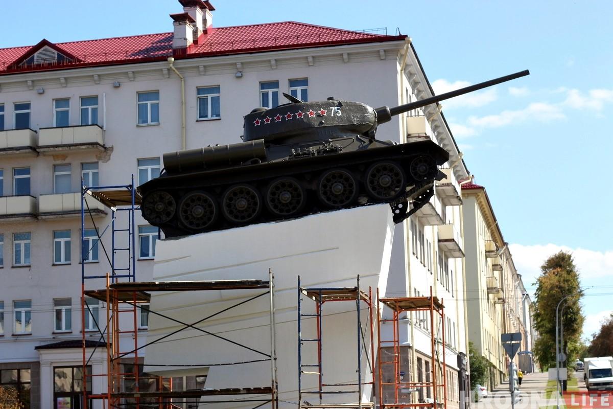 Историк победил коммунальщиков: на танке снова поменяли надпись и теперь она окончательная