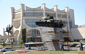 Начали ремонтироватьпостамент танка на Советской площади