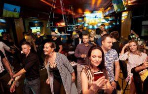 «Громко попеть и вкусно поесть». В центре Гродно открывается бар, где каждый сможет почувствовать себя звездой