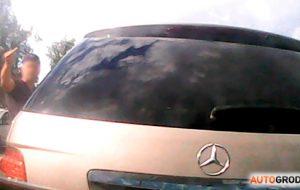 Водитель Mercedes подрезал и остановил автобус в Гродно. Говорит, машина сломалась