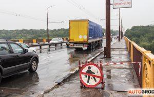 Чтобы велосипедисты не падали на дорогу? На Румлевском мосту ремонтируют пешеходную дорожку. Проход закрыт