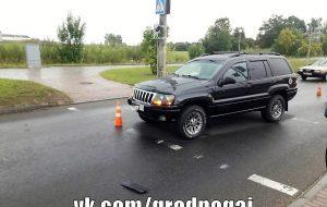 Водитель не заметила женщину и наехала на нее. Обе двигались на зеленый