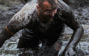 Смотрите, как в Гродно играли в болотный футбол и плавали «на чем попало»