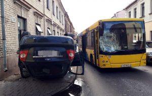 ДТП в центре Гродно: легковушка после столкновения с автобусом вылетела на тротуар и перевернулась
