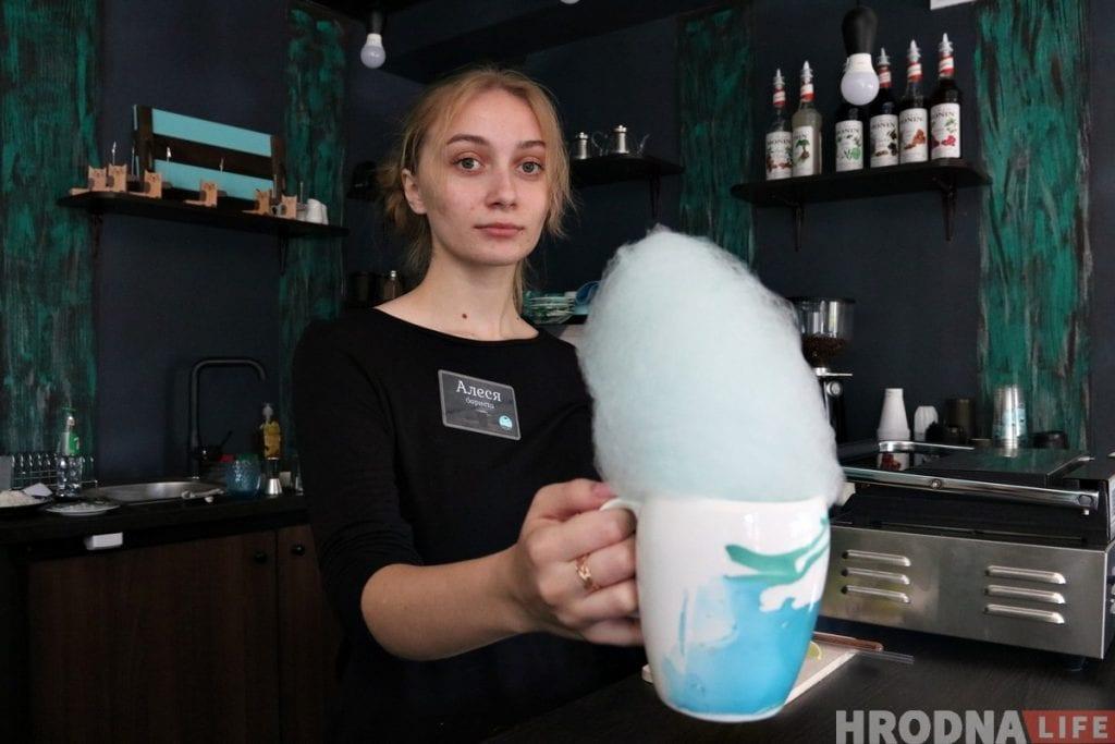 """В центре Гродно стало на одну кофейню больше: открылась """"Кава Banga"""", где кофе подают со сладкой ватой"""