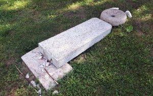Вандалы повалили каменную скульптуру в Коложском парке