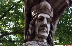Што рабіць з Вітаўтам? У Гродне драўляная статуя вялікага князя можа хутка зваліцца