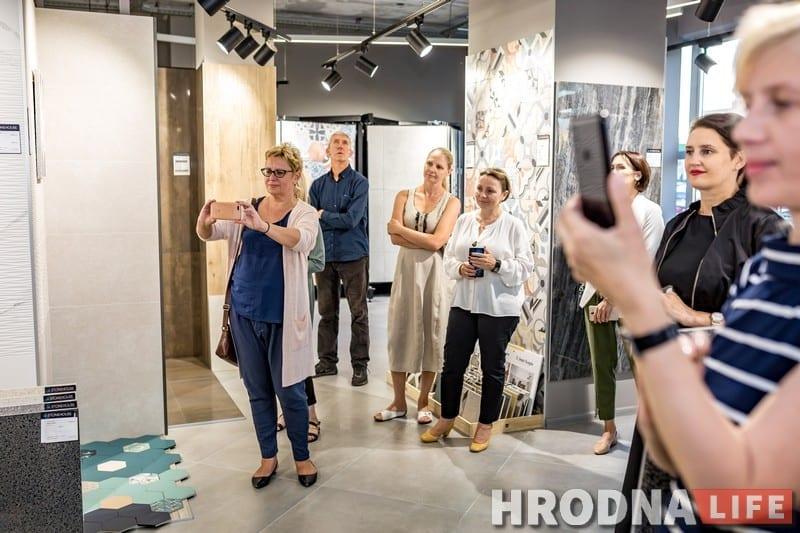 Картины рядом с плиткой. Выставка Александра Сильвановича открылась в магазине стройматериалов