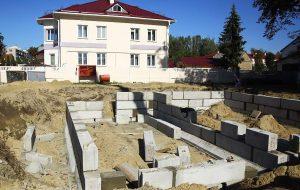 На улице Волковича в Гродно строят четвертый дом семейного типа
