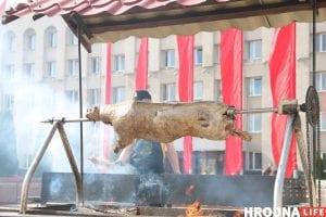 Тату на банане и свинья под горисполкомом - чем удивлял День города в Гродно. Фоторепортаж