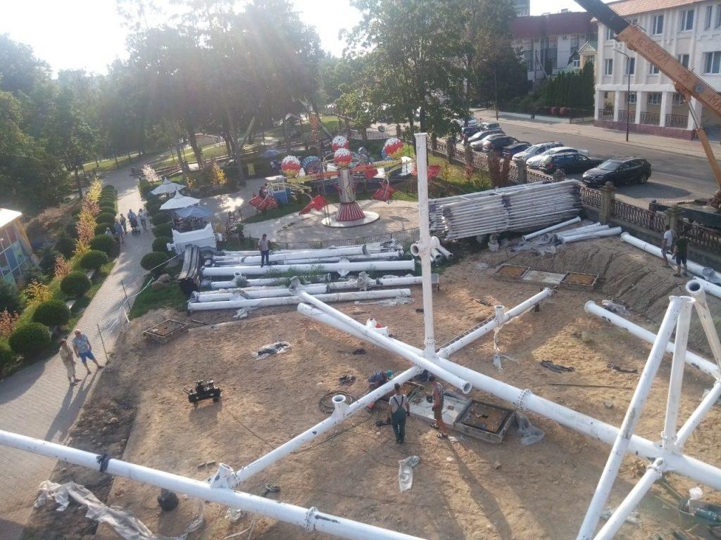 В Гродно начали устанавливать колесо обозрения в парке Жилибера