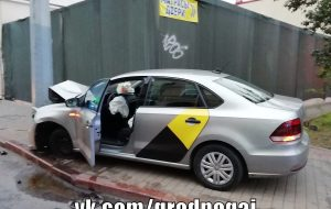 Таксист с пассажиром уснул за рулем и врезался в столб
