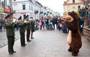 С медведем и мировыми хитами: в центре Гродно прошел парад оркестров