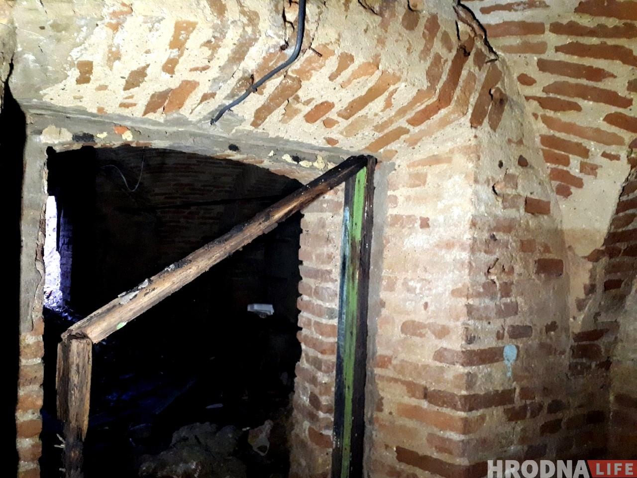В Гродно обнаружили старый подвал возле здания 18 века. Его не было в проекте