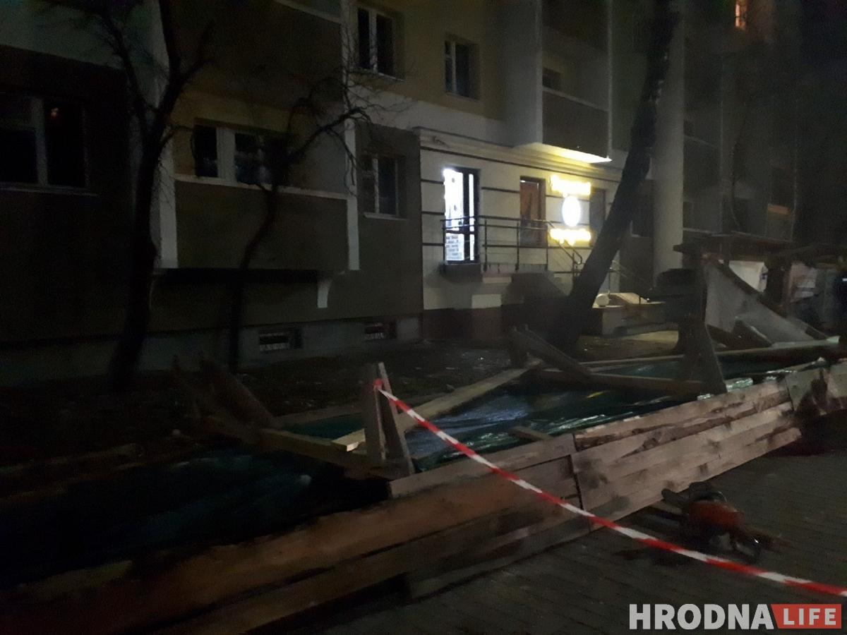 На Горького строительный забор упал на девушку. Пострадавшую увезли в больницу
