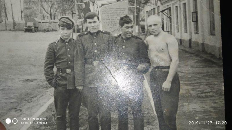 Чары Эшбоеў (злева) разам са сваімі вайсковымі сябрамі