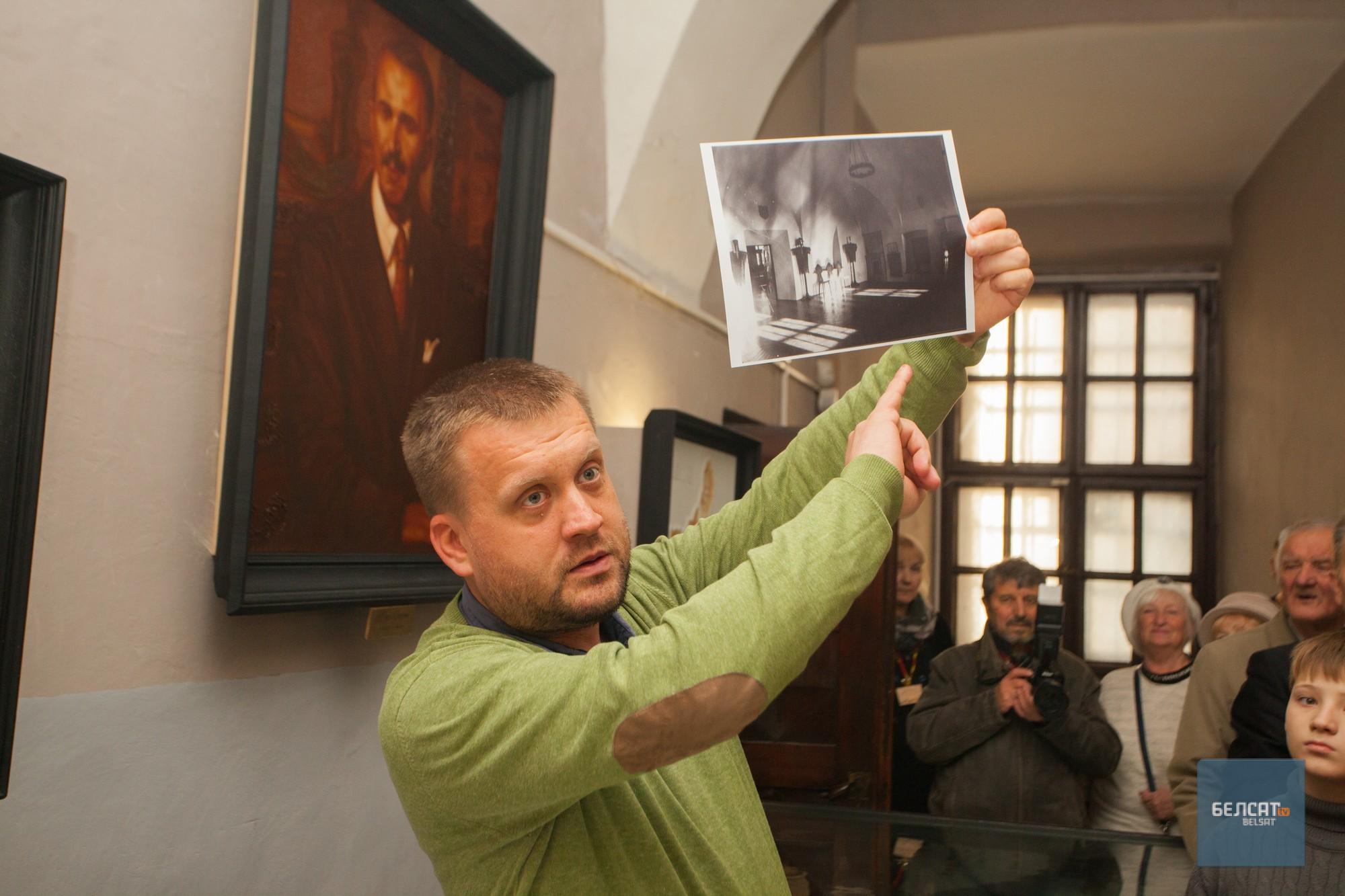 Супрацоўнік музею Андрэй Вашкевіч падчас экскурсіі. Фота – Васіль Малчанаў/«Белсат»