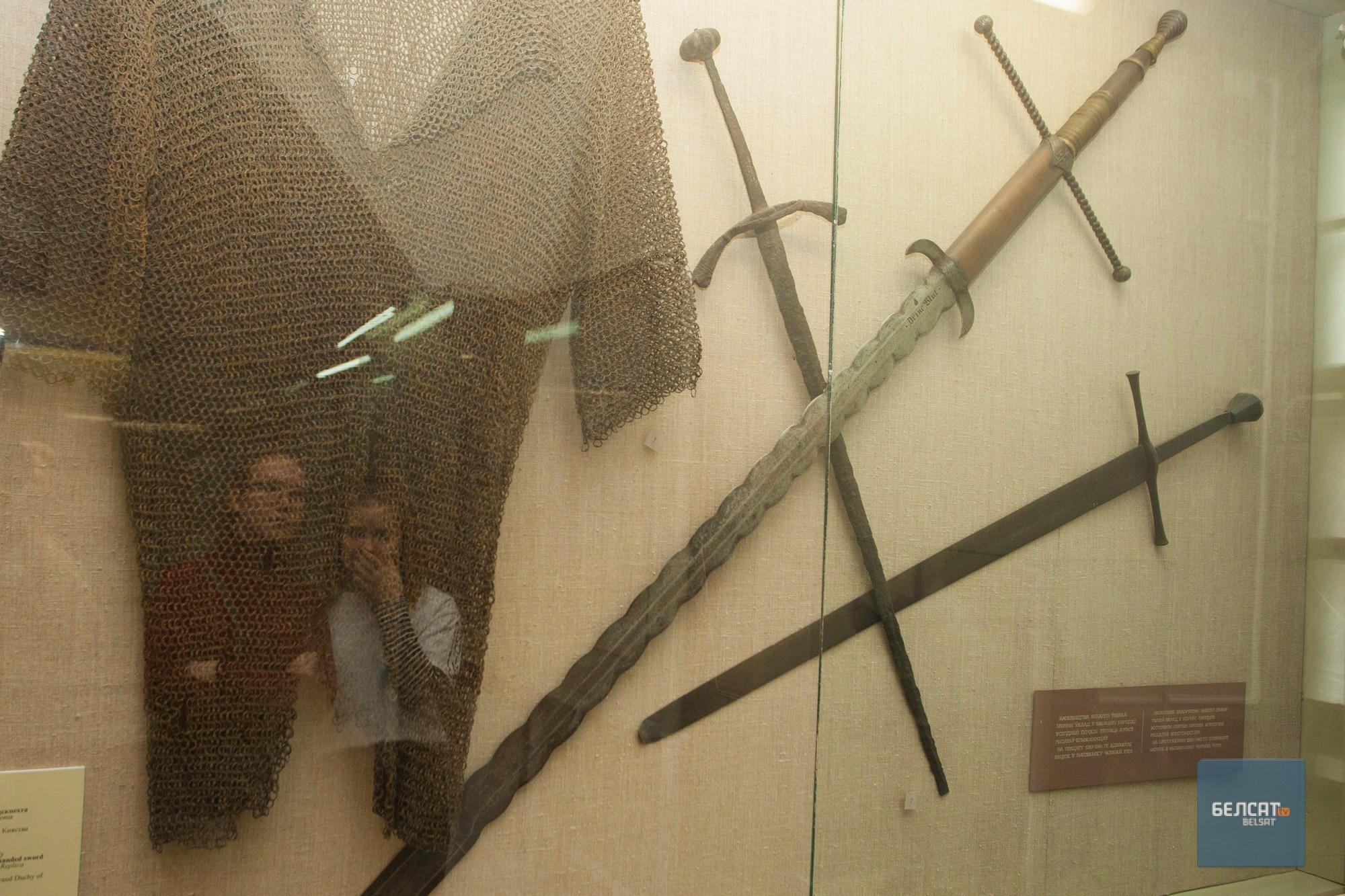 Двуручны нямецкі меч з надпісам «Пі кроў». Фота – Васіль Малчанаў/«Белсат»