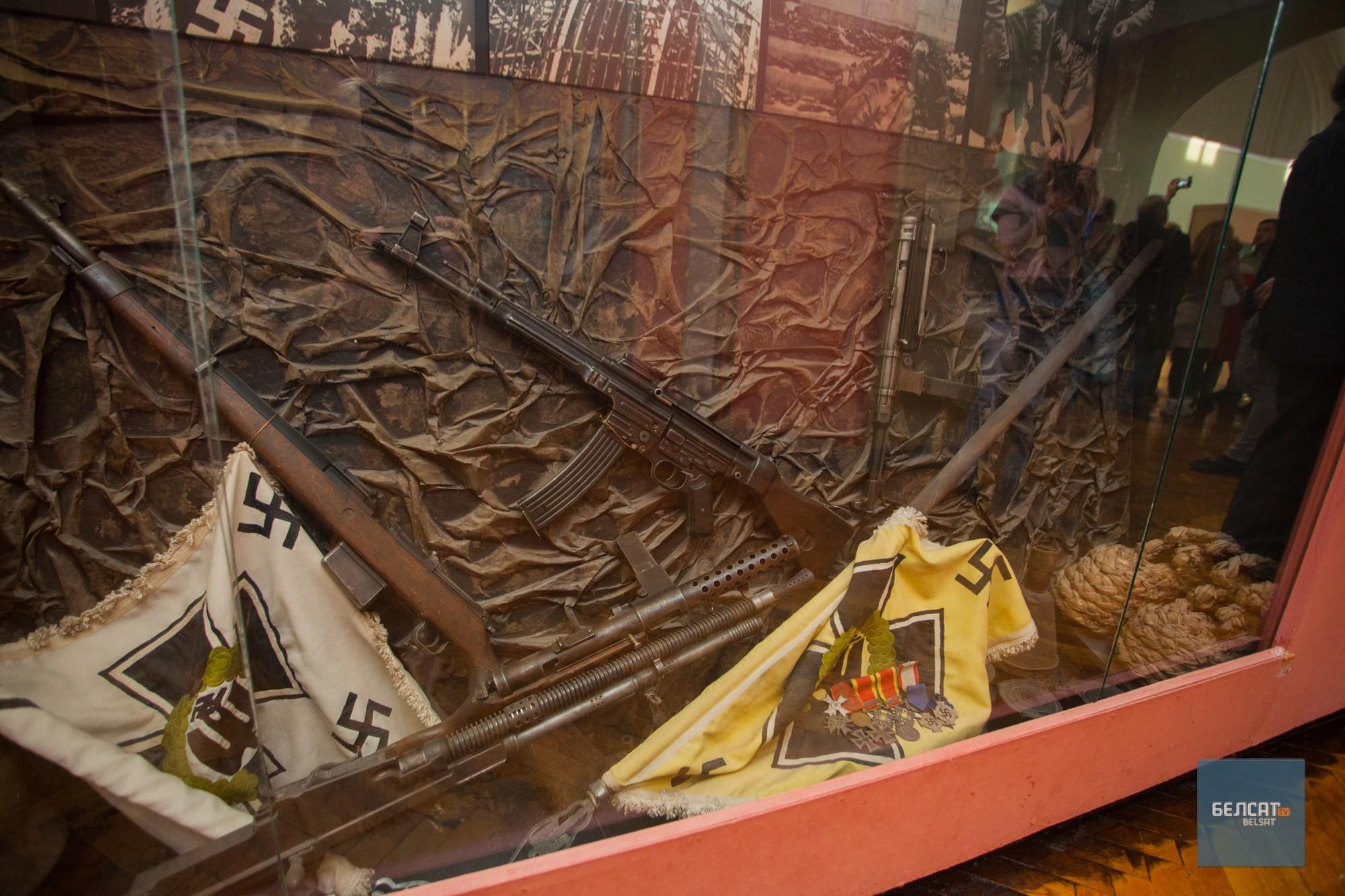 Нямецкі куточак: штучныя сцягі і сапраўдная зброя. Фота – Васіль Малчанаў/«Белсат»