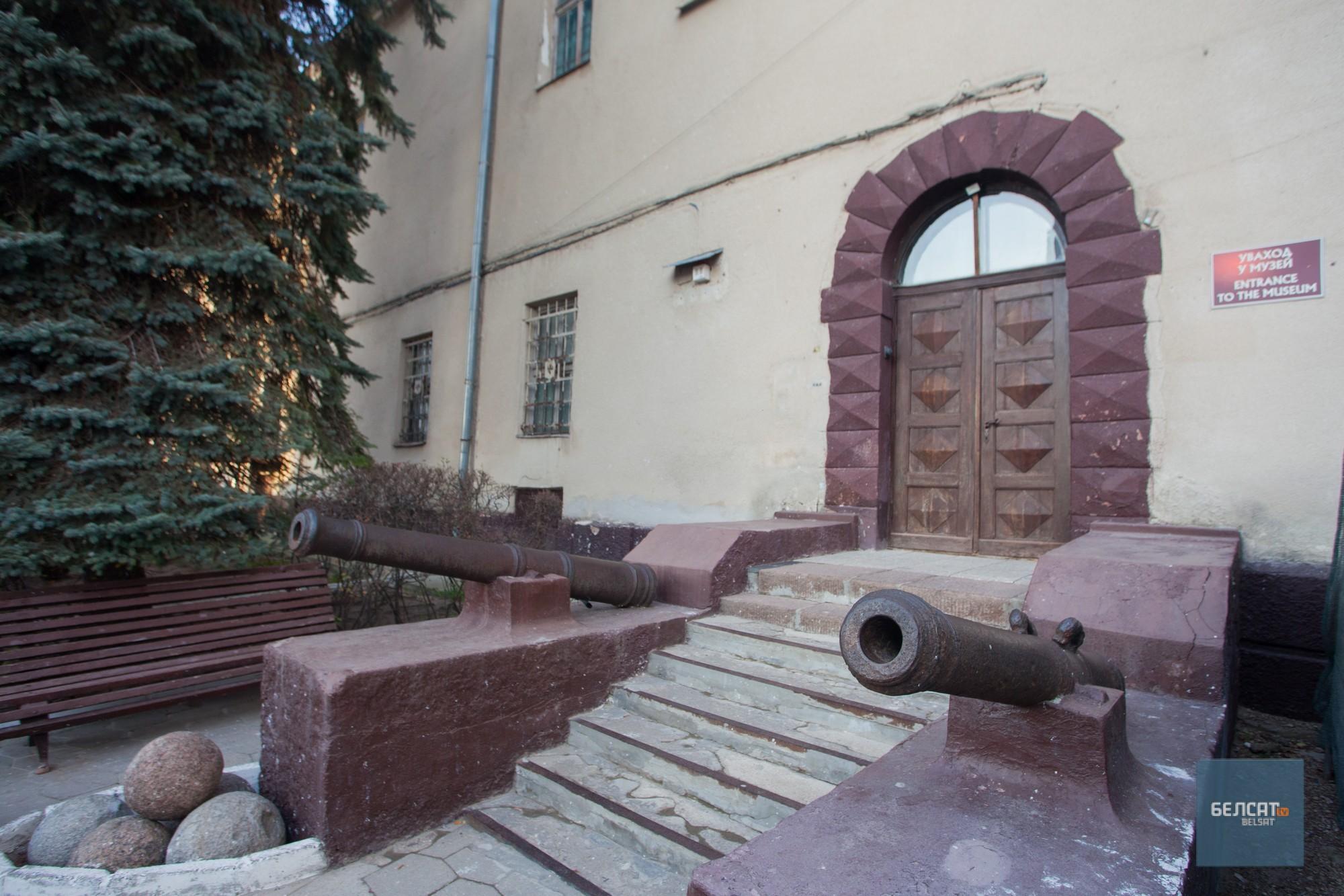 Уваход у музей: знакамітыя прыступкі з гарматамі. Фота – Васіль Малчанаў/«Белсат»