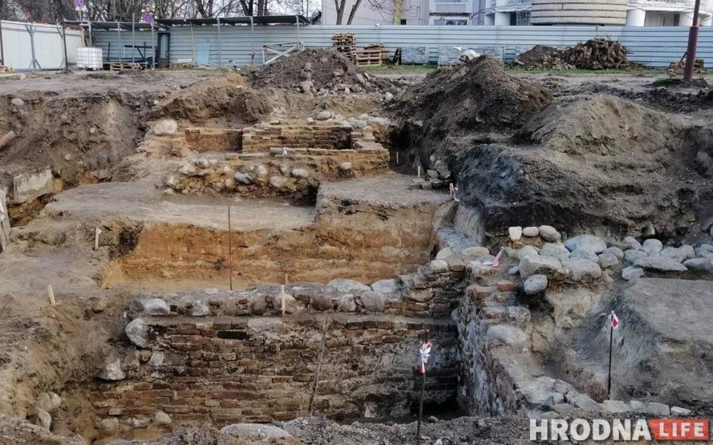 Старую цэглу выкарыстаюць паўторна, а падвал захаваюць: вынікі раскопак на Замкавай