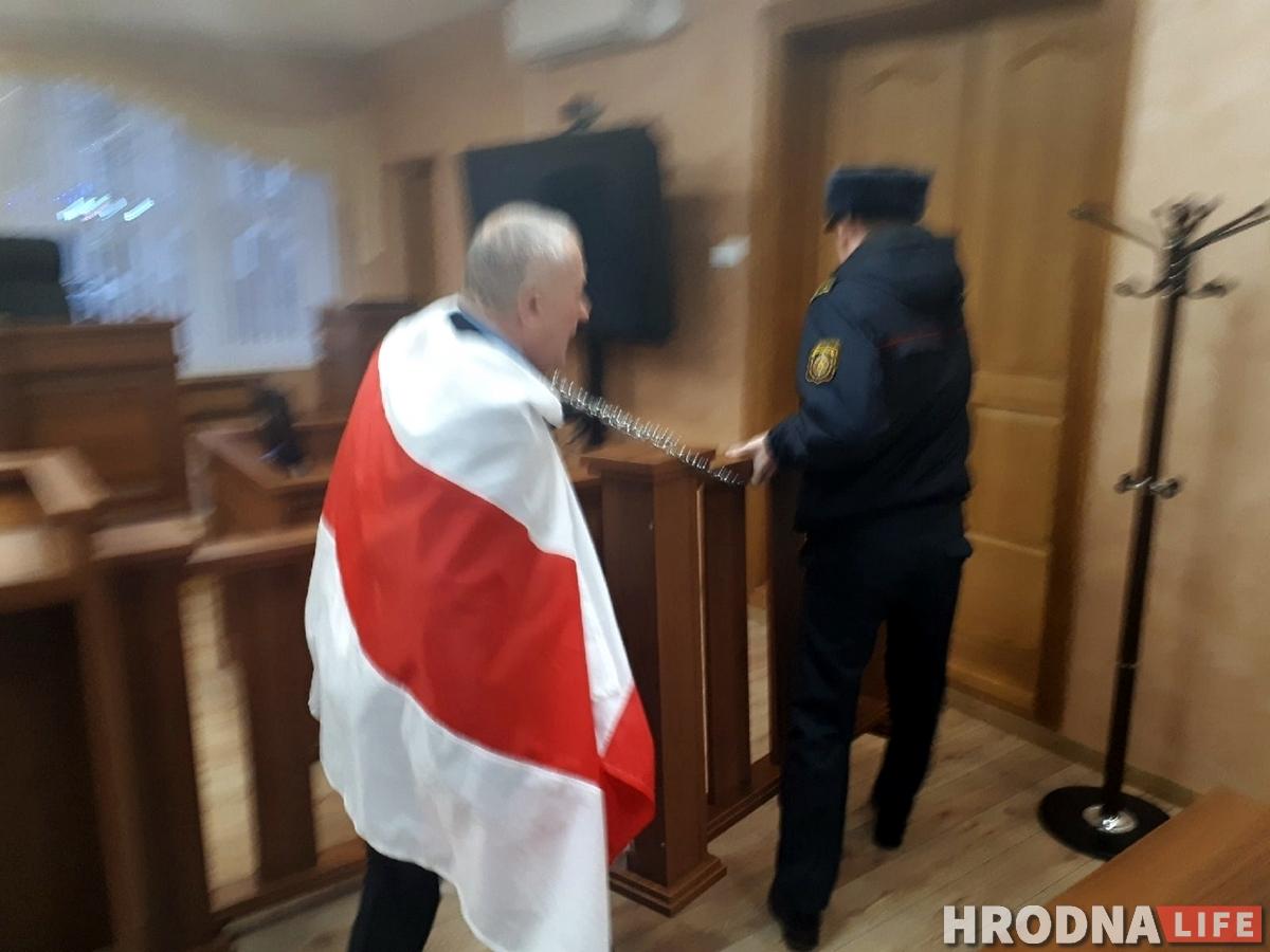 Суд у Гродне: У знак пратэсту актывіст  прыкаваў сябе ланцугом. Прыйшлося выклікаць МНС, хуткую і АМАП