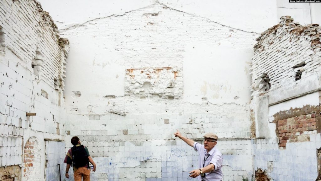 Сайман Каплінскі ў сынагозе падчас свайго прыезду ў Слонім у 2016 гозе