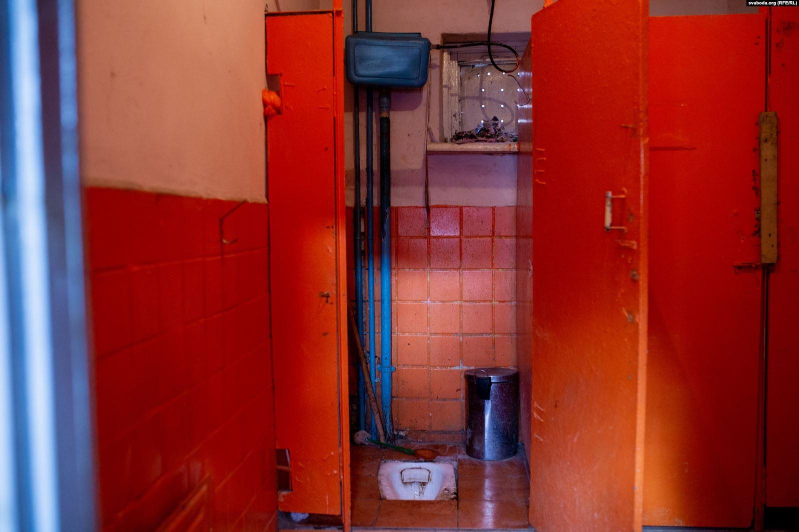 Кухня, вітальня і «ванна» ў адным пакоі. Як у цэнтры Гродна жывуць у кватэрах без прыбіральні