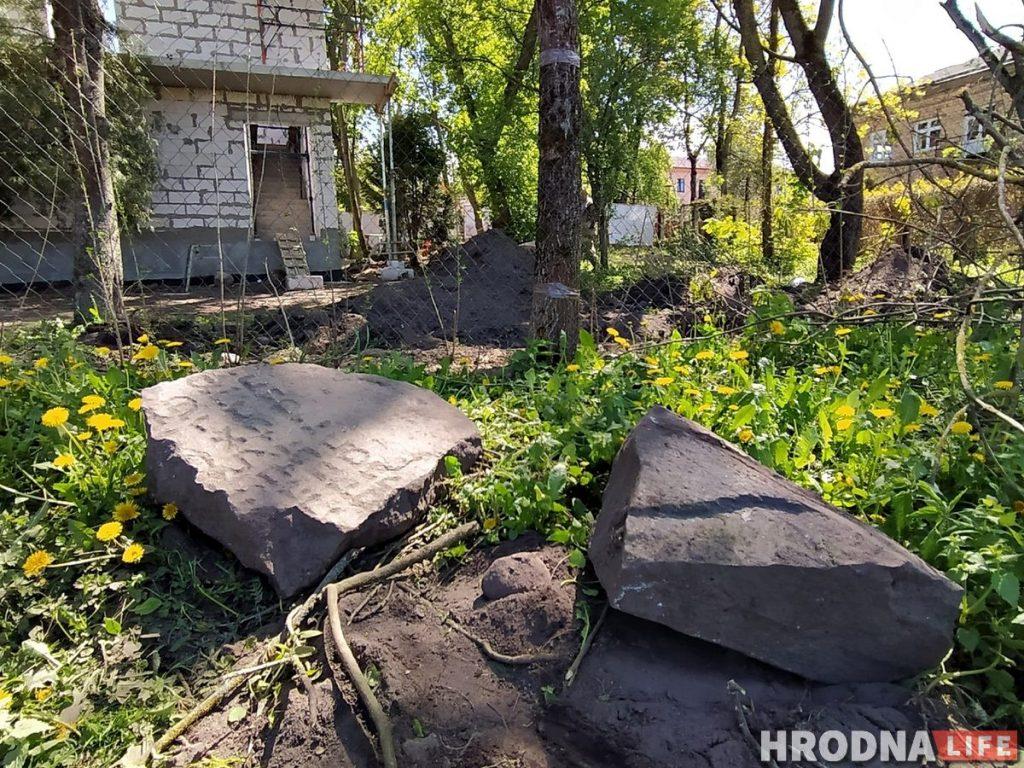 На Траецкай каля стаянкі знайшлі яўрэйскія мацэвы. Там былі вялікія могілкі