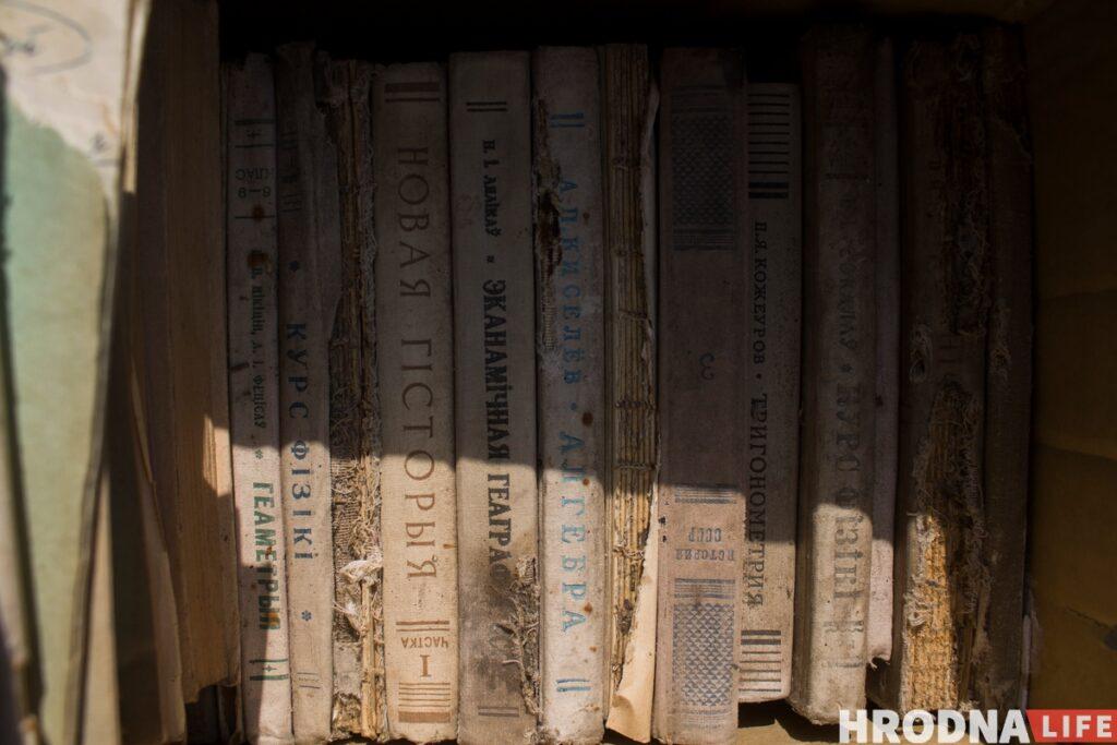 На Лідчыне знайшлі сшыткі і кнігі Зянона Пазняка і перадалі іх у гродзенскі музей
